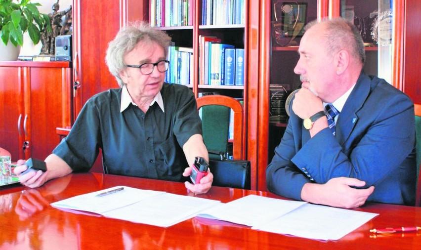 Ks. Alfred Skrzypczyk z Zagwiździa i starosta Henryk Lakwa podczas podpisania umowy.