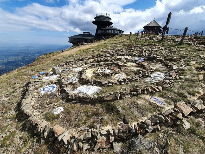 Szczyt głupoty na szczycie Śnieżki. Ułożyli sobie mozaikę z kamieni. Są poszukiwani (ZOBACZ)