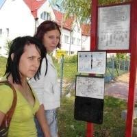 - Ja sprawdzam rozkład jazdy, a koleżanka pilnuje, czy właśnie nie nadjeżdża autobus - mówi Aneta Brzuszkiewicz (z lewej). Obok Anna Miśków.