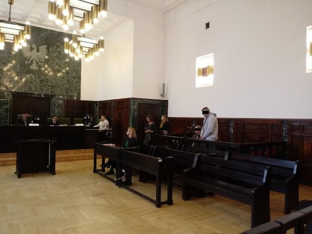 29 lipca 2017 r. w Puszczy Białowieskiej protestowali ekolodzy, bo mimo nakazu Trybunału Sprawiedliwości UE o wstrzymaniu masowej wycinki jako walki z kornikiem drukarzem, pilarze ponownie ruszyli do prac. To ci ostatni zadzwonili do szefa z informacją, że są filmowani przez aktywistów i dziennikarzy. Tak oskarżeni (na zdj.) pojawili się na miejscu zdarzenia. Na czwartkowym ogłoszeniu wyroku - już nie.