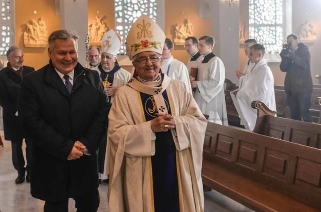 Abp Sławoj Leszek Głódź miał w swojej kapitule akceptować księdza  skazanego za molestowanie i rozpijanie 15-latki oraz  zezwolić na odprawianie mszy księdza skazanego za molestował innej 14-latki.