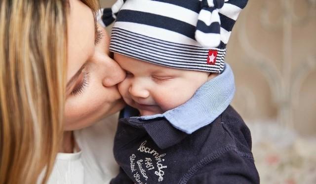 Zasiłek macierzyński przysługuje gdy urodzimy dziecko lub przyjmiemy na wychowanie dziecko do lat 7 (a jeśli ma odroczony obowiązek szkolny - do lat 10), jesteśmy rodziną zastępczą (z wyjątkiem rodziny zastępczej zawodowej) oraz:- jesteśmy objęci ubezpieczeniem chorobowym,- jesteśmy na urlopie wychowawczym,- nie jesteśmy objęty ubezpieczeniem chorobowym, ale nasze zatrudnienie ustało, gdy byłyśmy w ciąży i- było spowodowane upadłością lub likwidacją pracodawcy,- nastąpiło z naruszeniem przepisów prawa, co potwierdza prawomocny wyrok sądu.Wówczas do dnia porodu przysługuje zasiłek w wysokości zasiłku macierzyńskiego.Zobacz także: Mistrzowie parkowania w Toruniu. Mamy nowe zdjęcia! [GALERIA]NowosciTorun