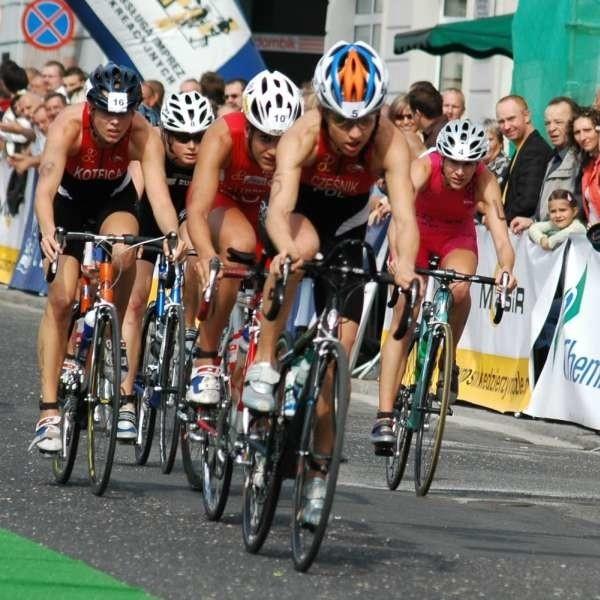 Jedyn z etapów zawodów jest 42 kilometrowy wyścig rowerowy.