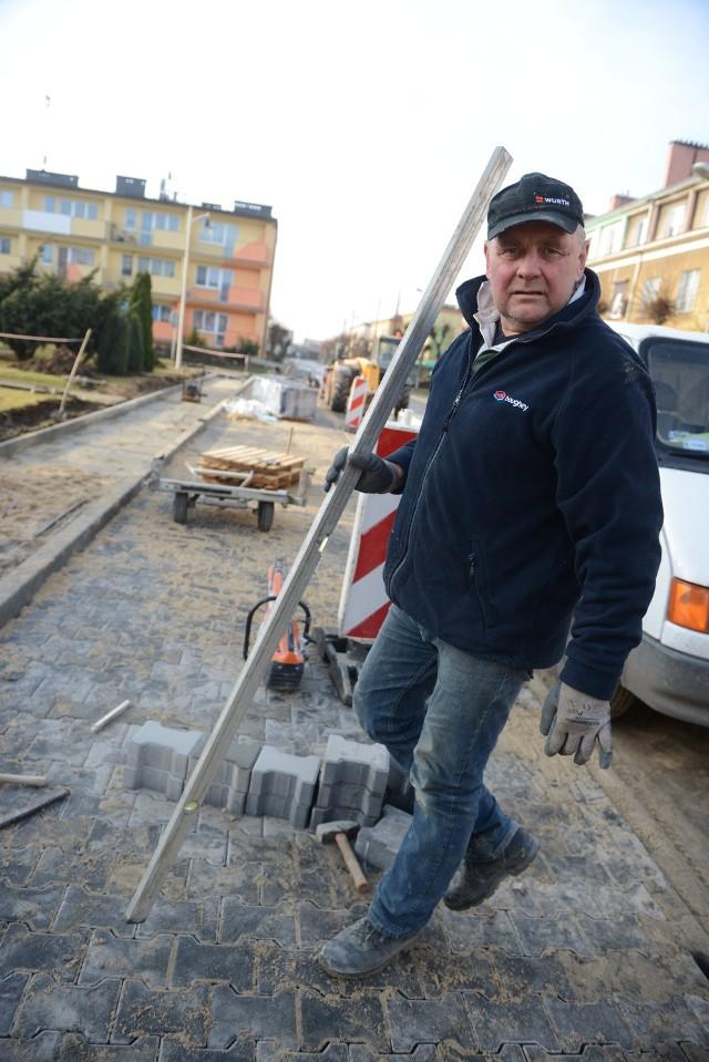 W listopadzie zakończono budowę parkingów na ul. Gagarina w Babimoście. Na zdjęciu: szef ekipy budowlanej Ferdynand Wołek