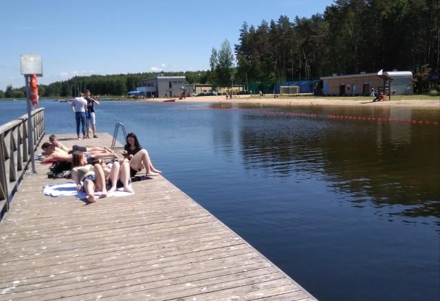 """Ośrodek Sportów Wodnych """"Dojlidy"""", którym zarządza Białostocki Ośrodek Sportu i Rekreacji rozpoczyna sezon kąpielowy. Od 1 czerwca można tu rozkoszować się nie tylko słonecznymi kąpielami pod czujnym okiem ratowników wodnych."""