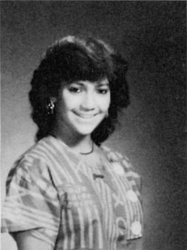 """Jennifer Lopez urodziła się 24 lipca 1969 roku na nowojorskim Bronksie. Karierę rozpoczęła już jako nastolatka – pierwszą rolę zagrała w niskobudżetowym filmie """"Moja mała dziewczynka""""."""