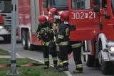 NOWA SÓL. Chemikalia w windzie. Z bloku ewakuowano 25 osób. Pięć osób, w tym dwoje dzieci, trafiło do szpitala