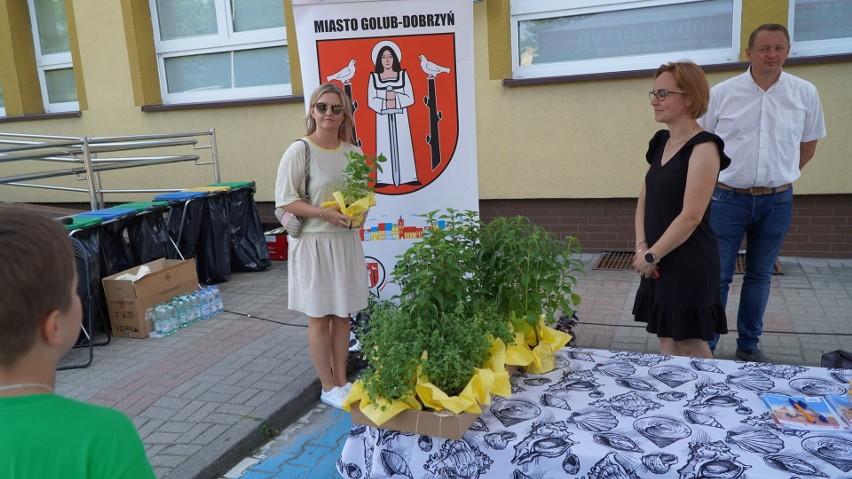 """Na pikniku """"Eko Anka"""" w Golubiu-Dobrzyniu rozdawano sadzonki..."""