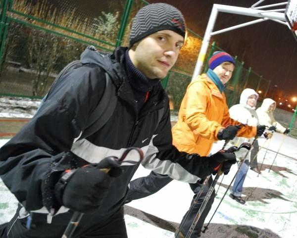 Niedawny atak zimy nie przeszkodził opolanom w treningu nordic walking. Na pierwszym planie - Maciej Garlik.
