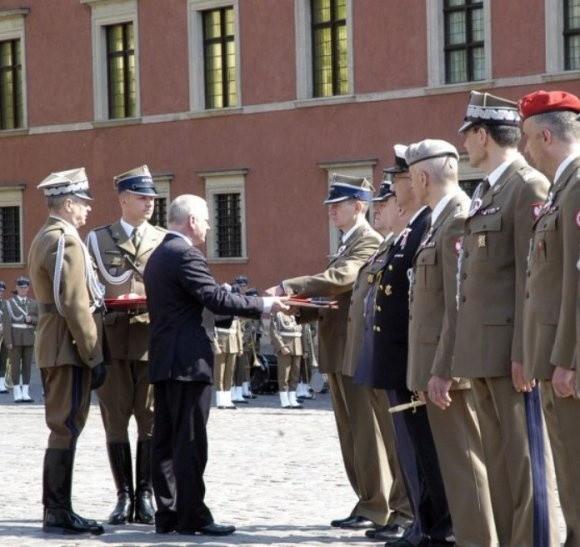 Dowódca szczecińskiej brygady odbiera wyróżnienie z rąk szefa BBN.