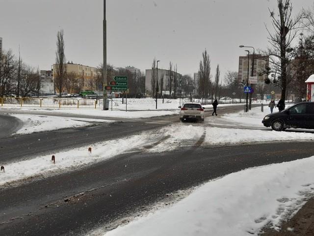 Kierowcy gubią się na wyremontowanym rondzie Pokoju Toruńskiego. Teraz, gdy ulice są częściowo zaśnieżone, widać to bardzo wyraźnie
