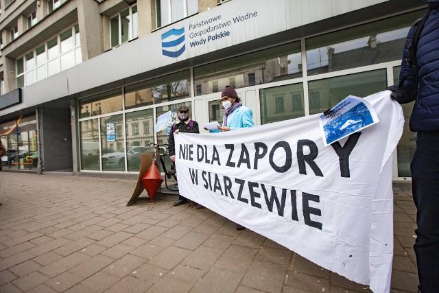 Protest aktywistów ekologicznych pod krakowską siedzibą Wód Polskich przeciwko budowie zapory w Siarzewie