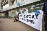 Kraków. Aktywiści sprzeciwiają się planom budowy zapory w Siarzewie. Protest pod siedzibą Wód Polskich