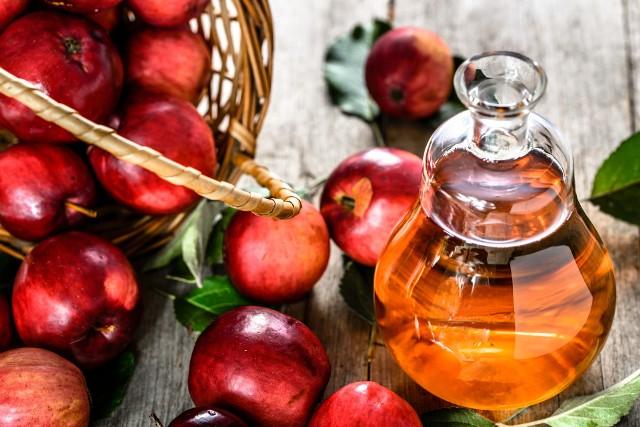 Ocet jabłkowy powstaje z cydru, można też jednak zrobić go w domu z jabłek, a nawet z ich skórek
