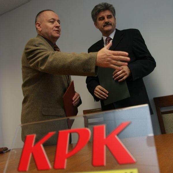 Lech Dzienis, prorektor ds. Rozwoju i Współpracy Politechniki Białostockiej i Cezary Zajkowski, prezes zarząduKPK podpisali porozumienie w sprawie praktyk