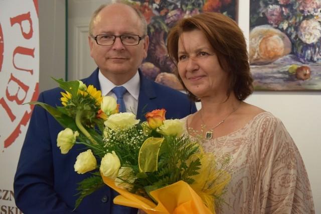 Beata Borek otrzymała od burmistrza Końskich Krzysztofa Obratańskiego piękny bukiet kwiatów.