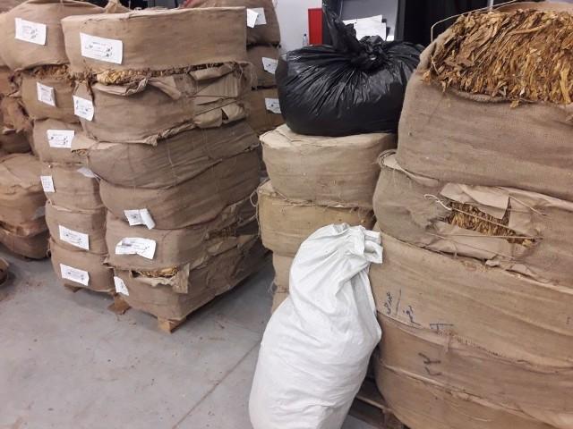 Funkcjonariusze znaleźli 2.5 tony nielegalnego tytoniu.