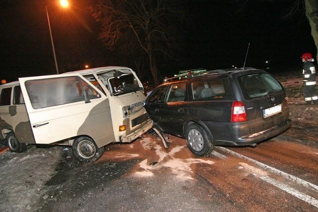 Trzy samochody zderzyly sie póLnym popoludniem w poniedzialek na ul. Kaszubskiej obok stacji paliw Rolmasz w Slupsku.