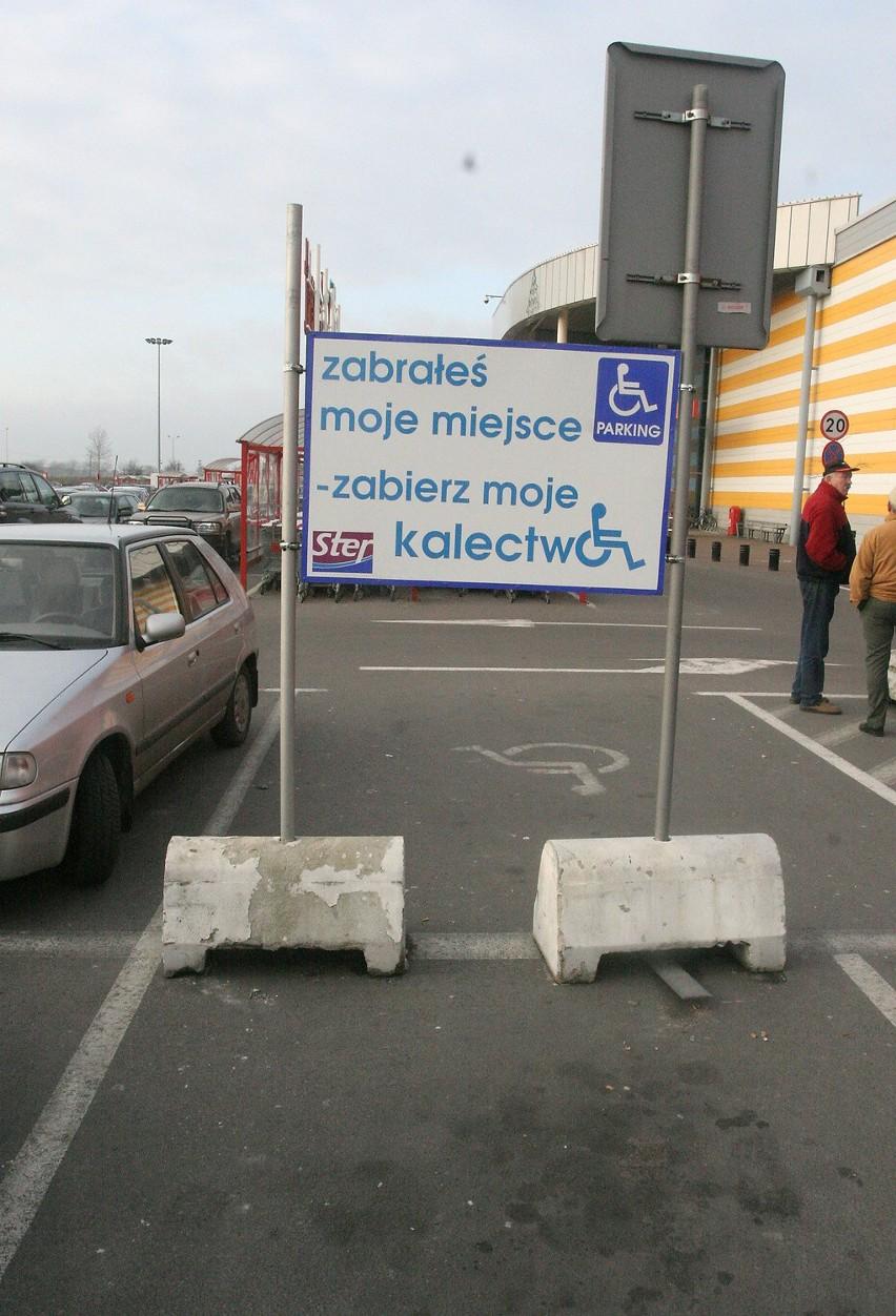 Wiele osób nie szanuje miejsc, wyznaczonych tylko dla samochodów przewożących osoby niepełnosprawne. Zjawisko z miesiąca na miesiąc rozszerza się mimo wysokich kar na niefrasobliwych kierowców.