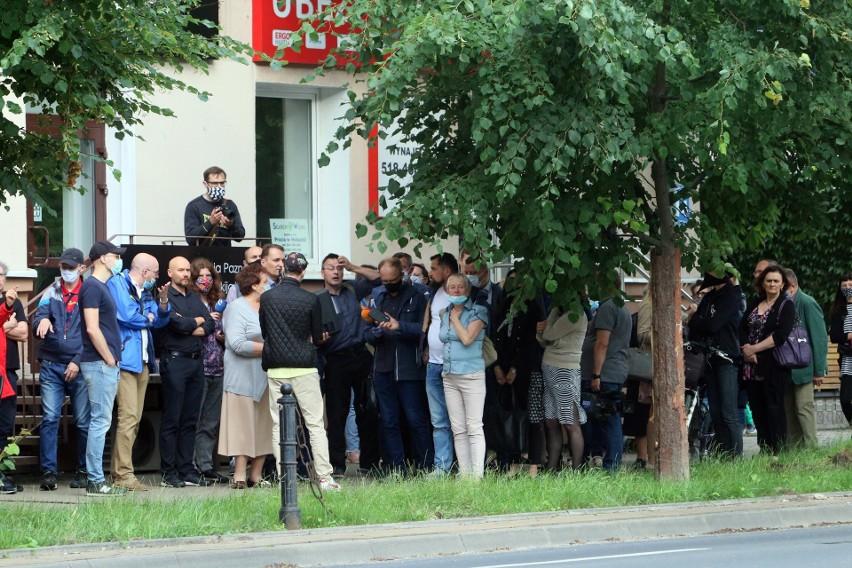 Po spacerze prezydenta i mieszkańców: Drzewa zostają przy Lipowej. A ulicę i tak się uda przebudować