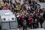 Grupa kibiców Arki Gdynia wtargnęła do biura posła PiS