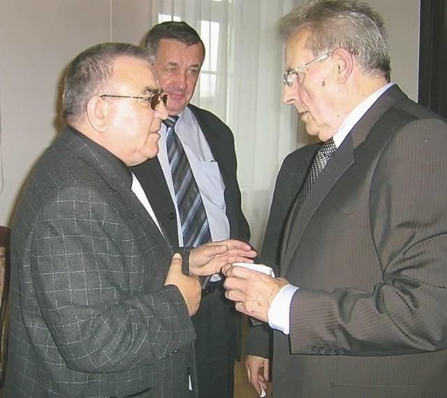 Burmistrz Franciszek Sitko (z prawej) zrezygnował z dotacji na Orlika. Część radnych proponowała, aby boisko wybudować w Lesznie Górnym, gdzie sołtysem jest Władysław Sobczak (z lewej)