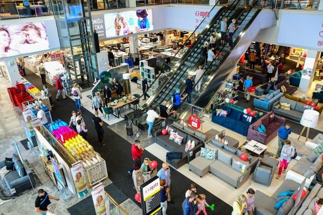 Niedziela handlowa za nami. W sklepach był ruch, jakiego dawno nie było. Na zdjęciu: otwarta 27 sierpnia Agata Meble w Bydgoszczy od kilku dni przeżywa szturm klientów