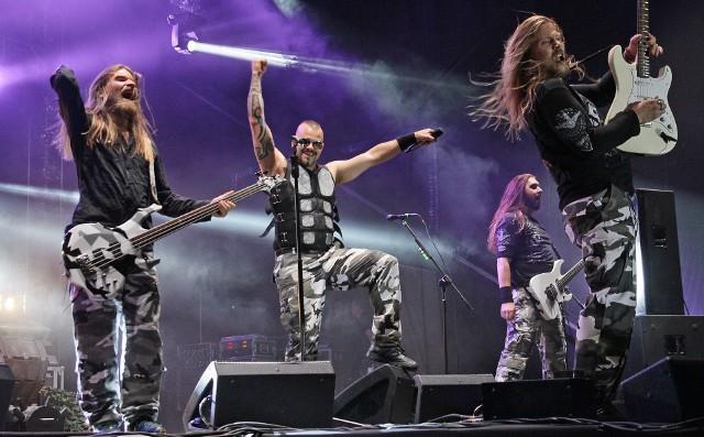 Z powodu pandemii, w tym roku nie będzie czerwcowych Dni Grudziądza czy Jarmarku Spichrzowego, podczas których bawiliśmy się na plenerowych koncertach na Błoniach Nadwiślańskich. Przypomnijmy więc sobie największy z dotychczasowych  koncertów nad Wisłą w naszym mieście. Heavymetalowa szwedzka  grupa Sabaton, dała czadu w 2014 roku. Na ten koncert do Grudziądza przyjechali fani zespołu z całego niemal kraju.