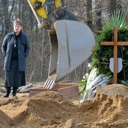W miejscu, gdzie znajdował się grób jej taty pani Katarzyna znalazła wielką dziurę. I stojącą koparkę.
