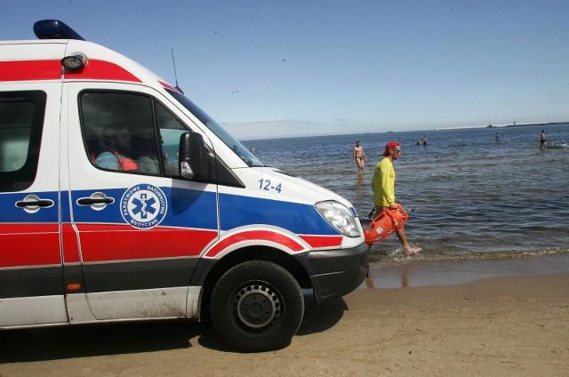 Latem w Świnoujściu często można zobaczyć na plaży karetkę. Tym razem jednak to zatrucie substancją chemiczną zakończyło się tragicznie dla młodego mężczyzny.