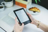 Propozycja nie tylko dla moli książkowych. Zostań w domu i czytaj e-booki. Poleca inowrocławska biblioteka