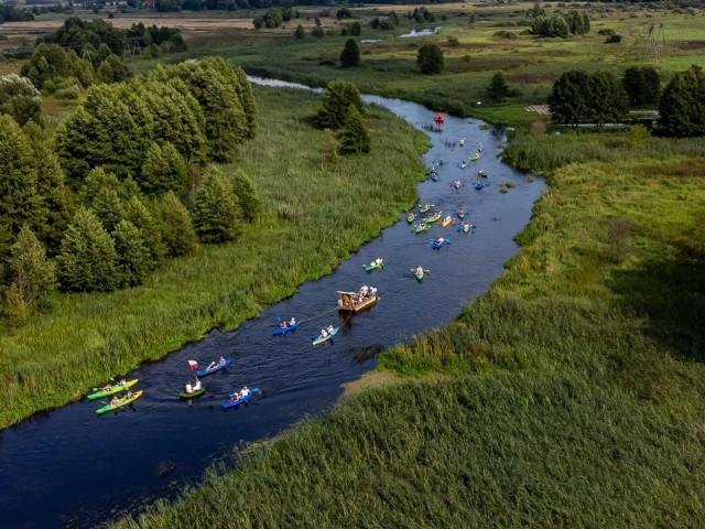Pielgrzymi płynęli rzeką Supraśl do Wasilkowa.