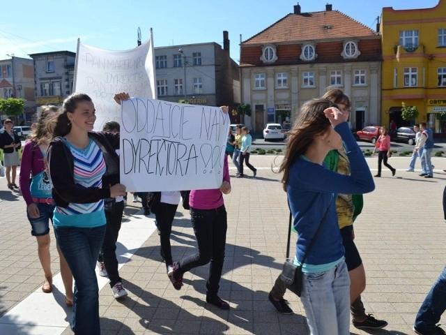 By bronić dyrektora, uczniowie przyjechali z transparentami przed kcyński ratusz