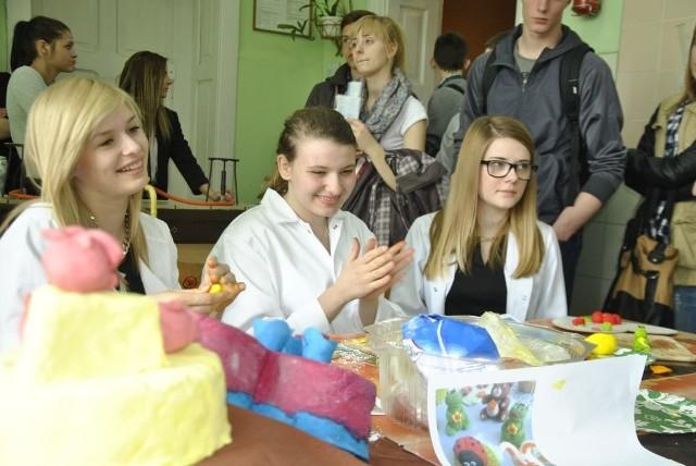 Gimnazjaliści mieli okazję m.in. podziwiać zręczność uczennic technikum technologii żywności, które przygotowały cieszące oko ozdoby cukiernicze.