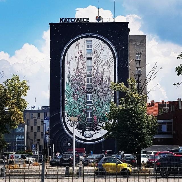 Mural Mony Tusz na ścianie katowickiego Urzędu Miasta.