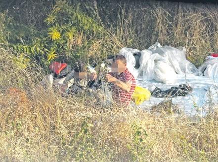 Koczujący na trawniku irytują mieszkańców osiedla Bukowego.