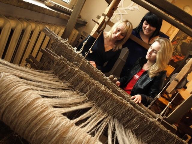 Gosia Chabiniak, Paulina Mroziewicz i Joanna Szubart zapewniają, że interesują się historią swojej szkoły.