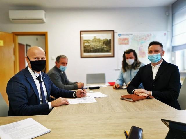 Burmistrz Grójca Dariusz Gwiazda (z lewej) podpisał umowę z przedstawicielami projektanta.