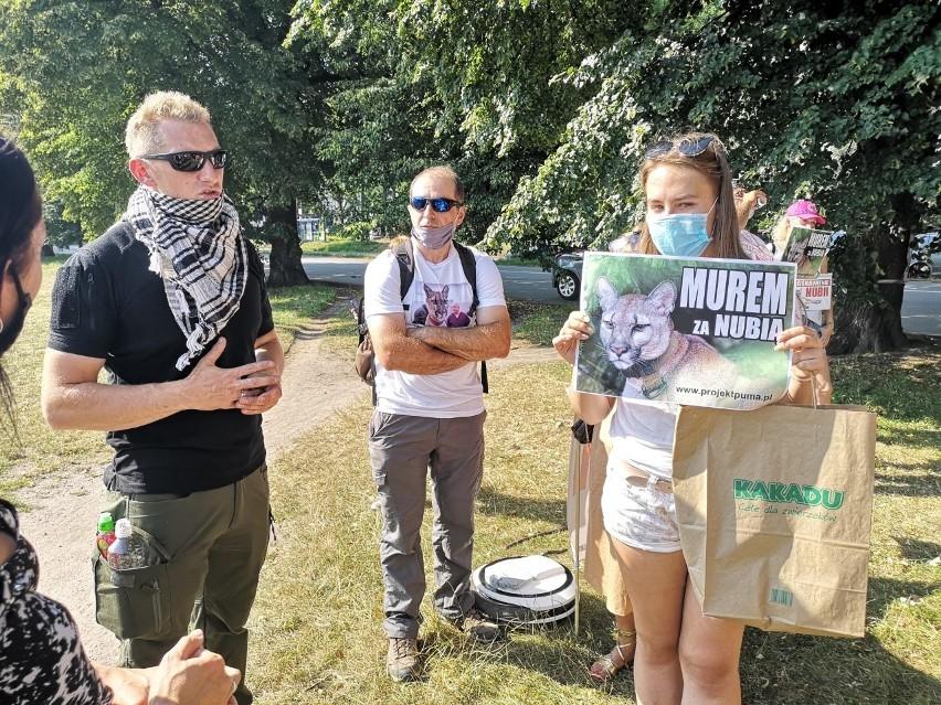Protest na Błoniach z udziałem byłego właściciela pumy