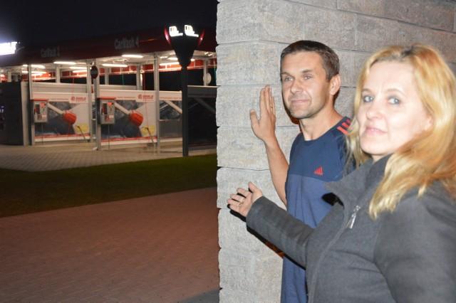 Mariusz Rosiek i Beata Zipser czują się oszukani przez urzędników, którzy przekonywali, że obok ich domów stanie murowana myjnia.  - Wybudowano wiatę, a my przeżywamy horror - mówią