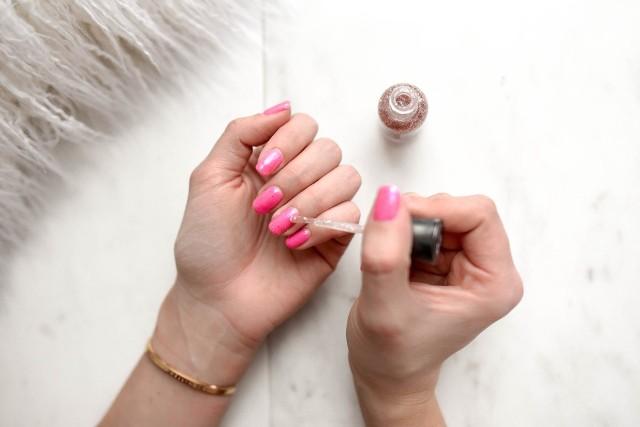 Paznokcie: lato 2020. Inspiracje manicure: paznokcie żelowe, ombre, tytanowe, neonowe.