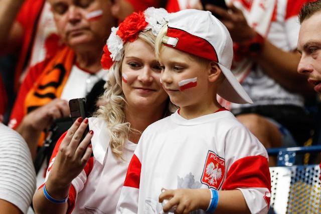 Hala w Amsterdamie jest zdecydowanie mniejsza niż w Rotterdamie, więc polskim kibicom o wiele łatwiej było ją zapełnić. Zobacz, jak fani wspierali reprezentacje Polski w czwartym zwycięstwie w mistrzostwach Europy, nad Czarnogórą.