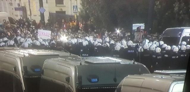 Setki osób niezadowolonych z czwartkowej decyzji Trybunału Konstytucyjnego dotyczącej zaostrzenia przepisów aborcyjnych do późnych godzin nocnych protestowało w Warszawie. Manifestacja po północy dotarła w rejon domu prezesa PiS Jarosława Kaczyńskiego. Na drodze protestujących stanęła policja, która wielokrotnie używała gazu. W odpowiedzi demonstranci rzucali w kierunku policji kamienie. Policjanci zatrzymali 15 osób.Zobacz ZDJĘCIA na kolejnych slajdach >>>