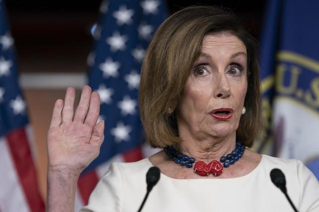 Przewodnicząca Izby Reprezentantów,  Nancy Pelosi, 26 września 2019 r. Pełniący obowiązki dyrektora wywiadu narodowego Joseph Maguire pojawia się przed komisją wywiadowczą w sprawie tajnego informatora w aferze ukraińskiej. Przewodnicząca  Pelosi decyduje  o wszczęcia formalnego śledztwa w sprawie impeachmentu przeciwko Trumpowi.