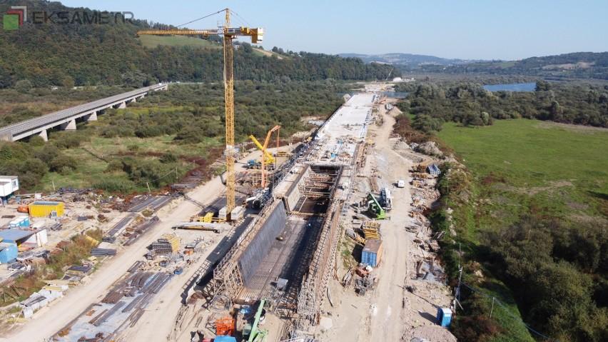 Trwa budowa mostu w Kurowie na rzece Dunajec. Wykonywane są zbrojenia i betonowanie kolejnych segmentów.