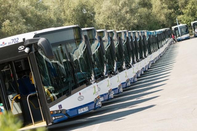 Po krakowskich drogach codziennie kursuje kilkaset autobusów. To one zawożą nas do pracy, szkoły, znajomych czy na zakupy. Każdy z pasażerów ma swoje upodobania co do tych pojazdów w zależności od komfortu podróży.Zobaczcie, jakie autobusy wożą nas po Krakowie >>>