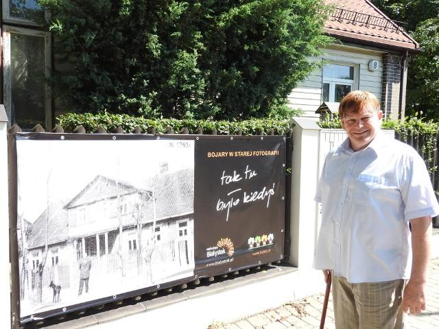 Zbigniew Klimaszewski pokazuje zdjęcie domu przy ul. Staszica 8.