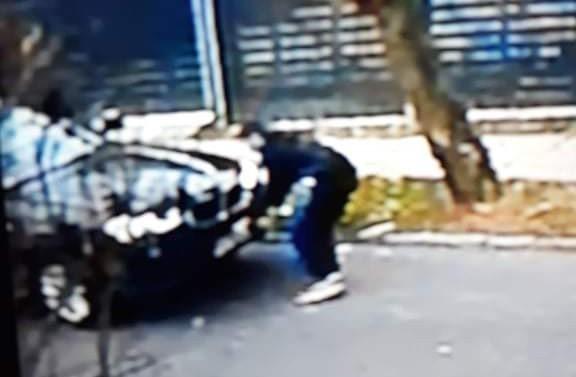 Tu widać jak złodziej zdejmuje tablice z bmw, którym przyjecjhał.