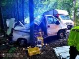 Wypadek w gminie Bobrowo w powiecie brodnickim. Kierowca uderzył w drzewo. Zdjęcia