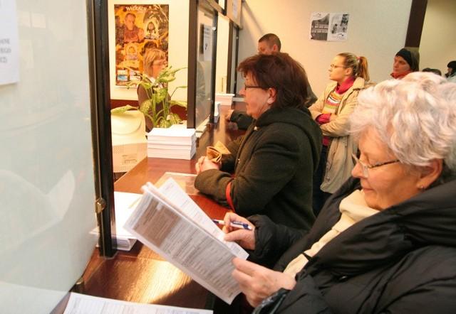 Jedno z tradycyjnych (drugie to wysyłka pocztą) rozliczeń podatkowych - osobista wizyta przy okienku skarbówki.